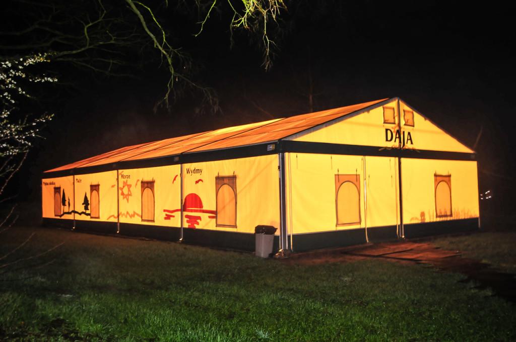 Oświetlony namiot halowy nocą