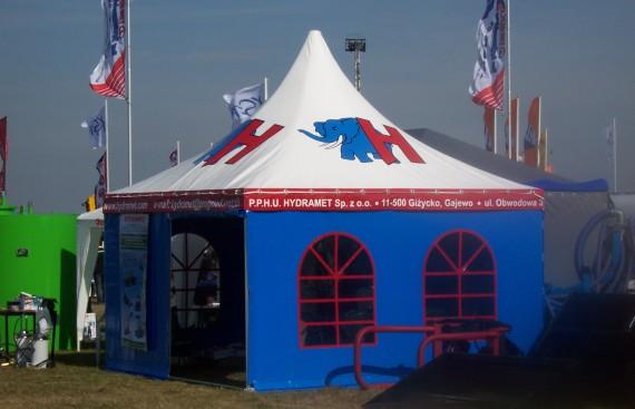 Halowy namiot z oknami witrażowymi