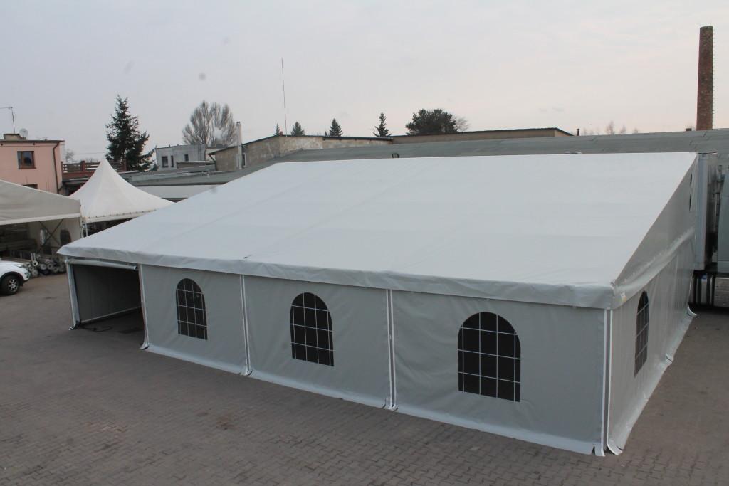 Hala namiotowa z witrażowymi oknami